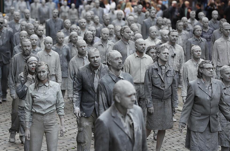 הפגנות המחאה נגד פסגת הג'י-20 בהמבורג כללו גם מאות אמנים שכיסו את גופם בחימר כחלק מקריאתם ליותר אנושיות ואחריות אישית בעולם (צילום: gettyimages)