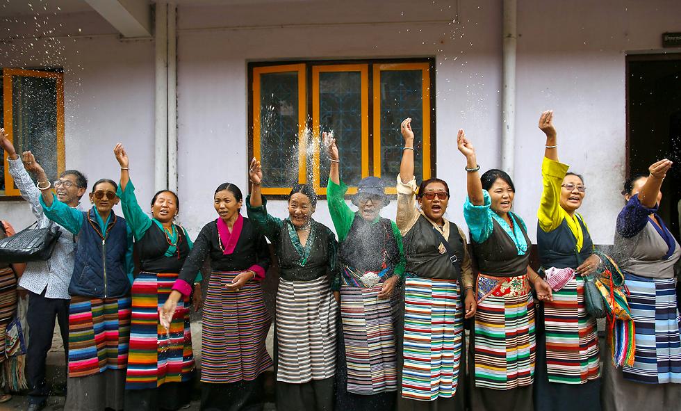 טיבטים חוגגים יום הולדת 82 למנהיגם הרוחני, הדלאי למה, במנזר בקטמנדו, בירת נפאל (צילום: EPA) (צילום: EPA)
