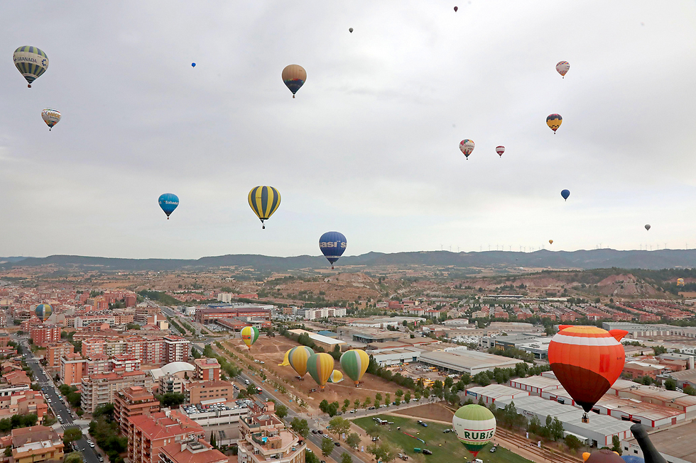 פסטיבל כדורים פורחים בפארק איגואלדה ליד ברצלונה (צילום: EPA)