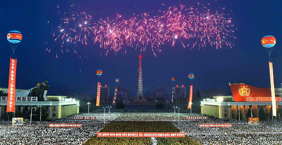 """חגיגת ענק בפיוניגיאנג, בירת צפון קוריאה, לרגל השיגור המוצלח של הטיל הבליסטי הבין-יבשתי שמסוגל לטענת המקומיים להגיע עד ארה""""ב (צילום: רויטרס)"""