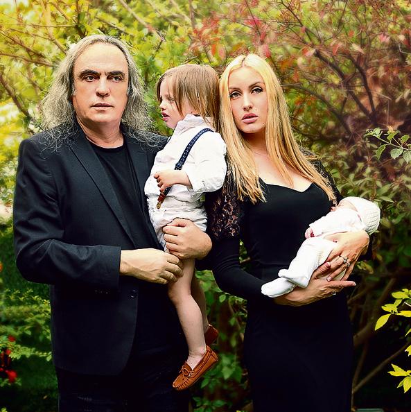 """""""יש בינינו אהבה גדולה"""". פיק, אשתו שירה והילדים תים וניל   צילום: מילכי אורטנר"""
