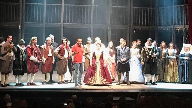 """משה קפטן ושחקני ההצגה """"שייקספיר מאוהב"""" הערב  (צילום: איתמר אייכנר) (צילום: איתמר אייכנר)"""