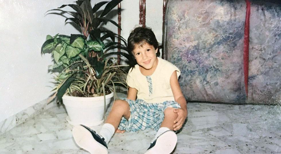 בשנות העשרה המוקדמות התחיל לעצב תכשיטים כתחביב, בזמן שהוריו חשבו כי מדובר בבזבוז זמן והעדיפו שהילד יתרכז בלימודיו. מאור כהן בילדותו בישראל (צילום: אלבום פרטי )