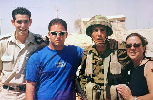 מאור כהן (שני מימין) בתקופת שירותו הצבאי. למטה: עם בנו לוי (צילום: אלבום פרטי )