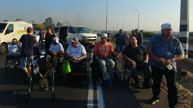 Disability protest (Illustration : Naomi Moravia)