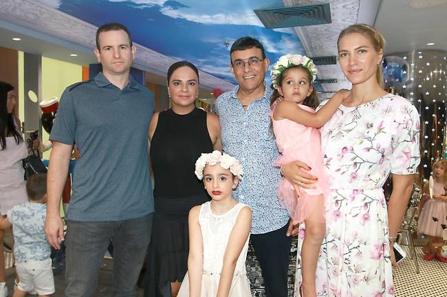 בהרכב משפחתי וחברי מלא. ג'ני צ'רוואני, אמלי, רוני מאנה ואופירה אסייג עם אמלי ובעלה גילי מנקין (צילום: ענת מוסברג)