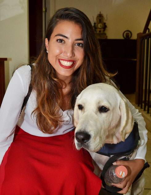 """עם הכלבה שאימצה בתקופת הלימודים. """"בית פתוח ומזמין"""" (צילום: אלבום פרטי)"""
