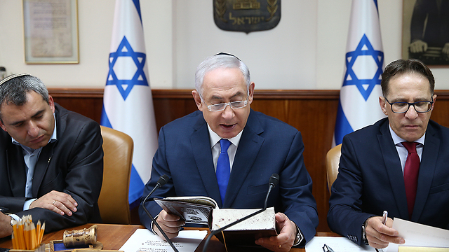 Prime Minister Netanyahu reading from Genesis (Photo: Ohad Zwigenberg)
