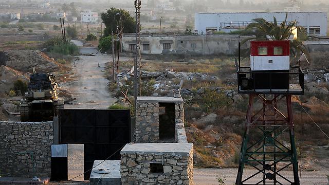 עמדה של צבא מצרים. הלוחמים צריכים להבין בין החמושים, כמו שמבחינים בגבולות המדינה (צילום: EPA) (צילום: EPA)