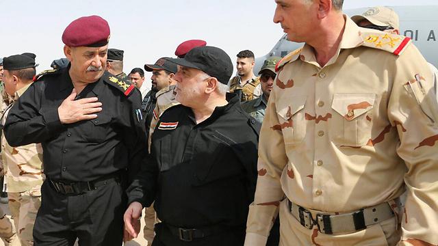 ראש הממשלה חיידר אל-עבאדי ברגע הניצחון על דאעש במוסול (צילום: AFP) (צילום: AFP)