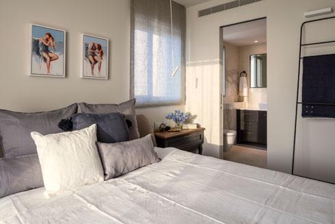 חדר השינה וחדר הרחצה הצמוד אליו. מהחלון נשקף הים (צילום: עמית גרון)