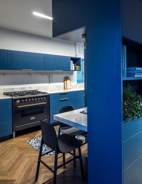 מבט אל קצה המטבח. ביחידת הארונות העליונה, מעל התנור הגדול, משולב קולט אדים (צילום: עמית גרון)