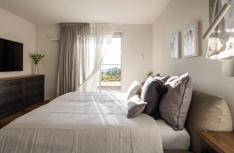 חדר השינה של בני הזוג, שממנו יציאה למרפסת שלישית, מול הים (צילום: עמית גרון)