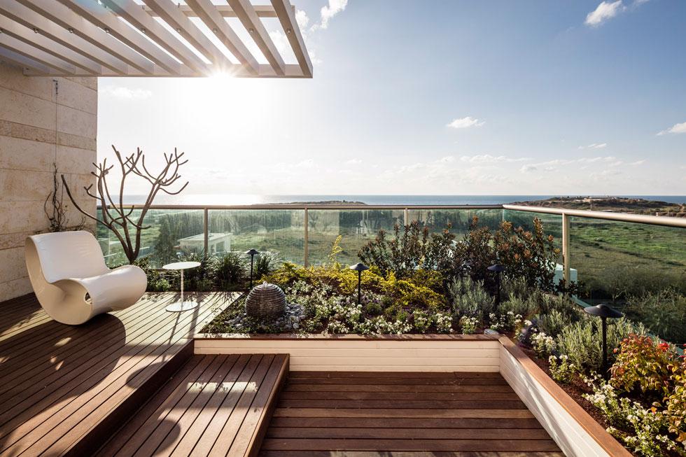 במרפסת חדר השינה יש פינת התבודדות, המאפשרת צפייה שקטה בנוף (צילום: עמית גרון)