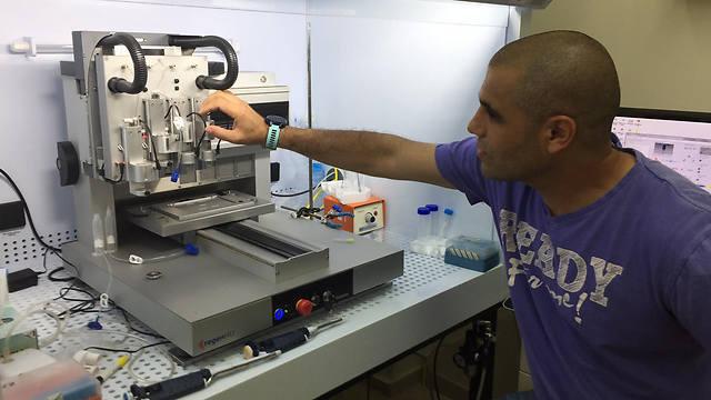 """שיקום איברים על ידי בניה של רקמות חלופיות. פרופ' דביר ומדפסת להדפסת רקמות (צילום: ד""""ר אסף שפירא) (צילום: ד"""