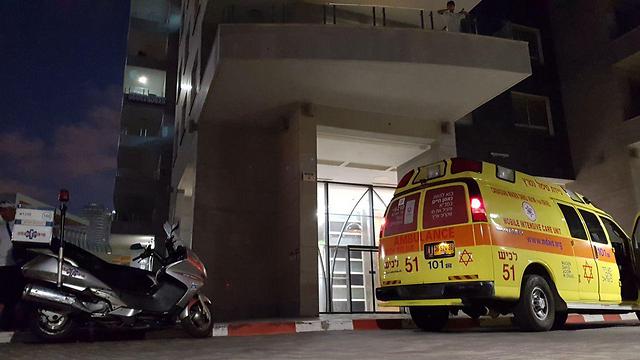"""צוות מד""""א ליד הבניין  (צילום: רועי עידן) (צילום: רועי עידן)"""