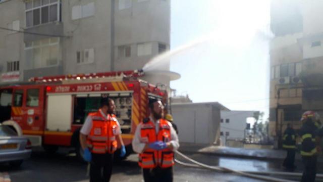צוותי כיבוי פועלים בשריפה בחיפה (ארכיון) (צילום: איחוד והצלה)