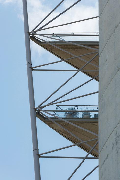 פיבקו נאלץ להסכים שהמרפסות יהיו זיזיות (קונזוליות) ויישענו על שלד הבניין, אך על מערכת המסבכים החיצונית לא היה מוכן לוותר (צילום: ליאור גרונדמן)