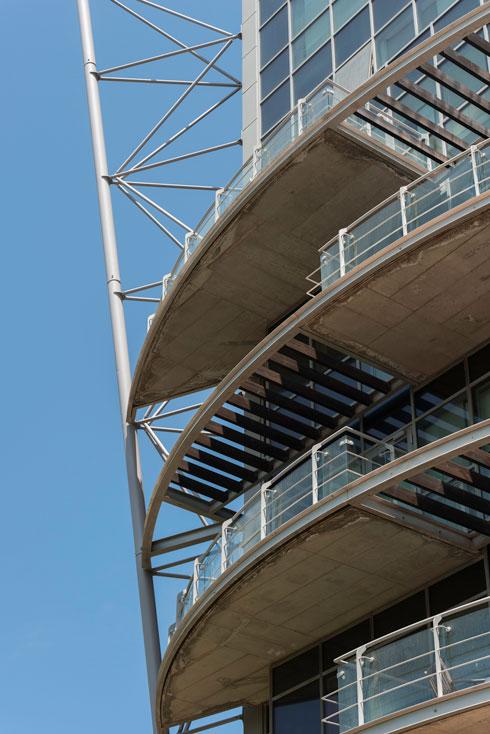 שלד המסבכים עוטף את המגדל מכל עבריו, מתנשא לכל גובה המגדל וסוגר עליו בכיפה מחודדת  (צילום: ליאור גרונדמן)