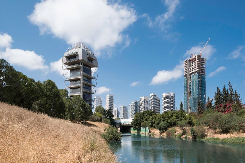 את השפעתו של ''מגדל הגן'' (משמאל) רואים היטב בעשור האחרון במגדלי היוקרה שנבנים בתל אביב ובכל רחבי הארץ. פארק צמרת, מימין, הוא הדוגמה המובהקת (צילום: ליאור גרונדמן)