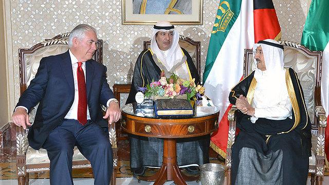 מנסה לייצר פשרה. טילרסון בפגישה עם אמיר כוויית (צילום: AFP)