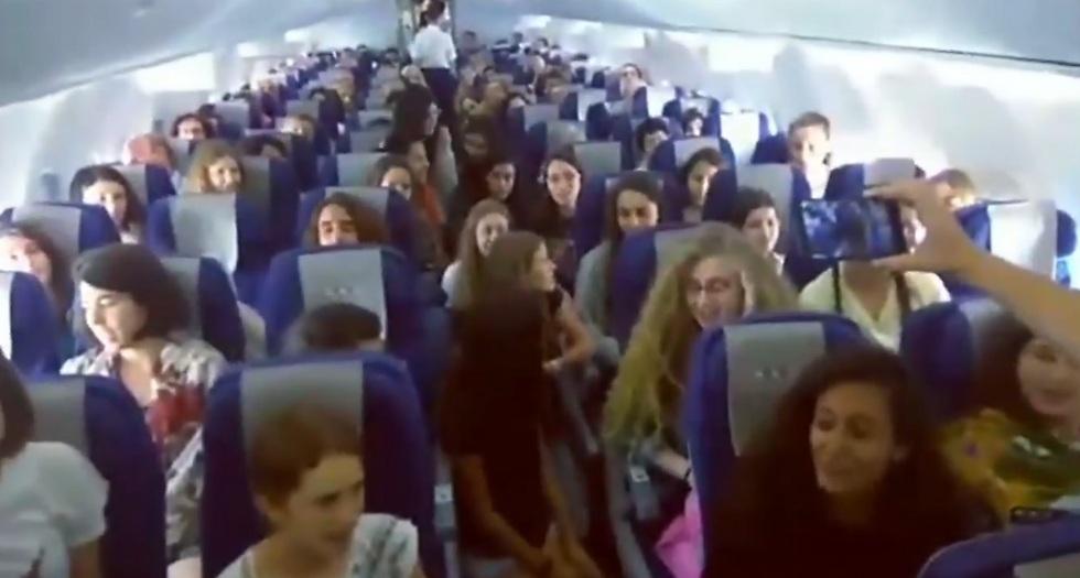 מקהלת העפרוני פוצחת בשירה על המטוס
