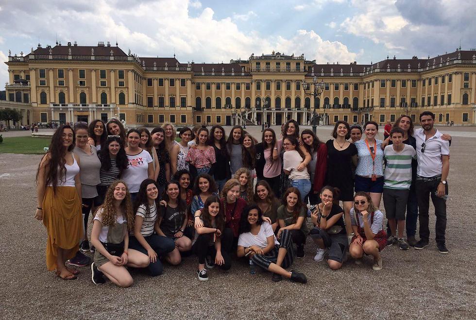 """בארמון בווינה. """"שרים בכל מקום"""""""