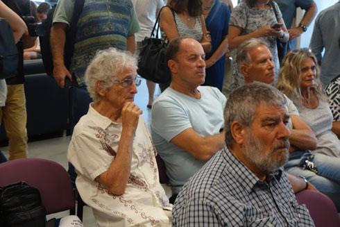 הזמר ישראל גוריון (משמאל) בין התושבים שישבו מחוץ לאולם (צילום: מיכאל יעקובסון)
