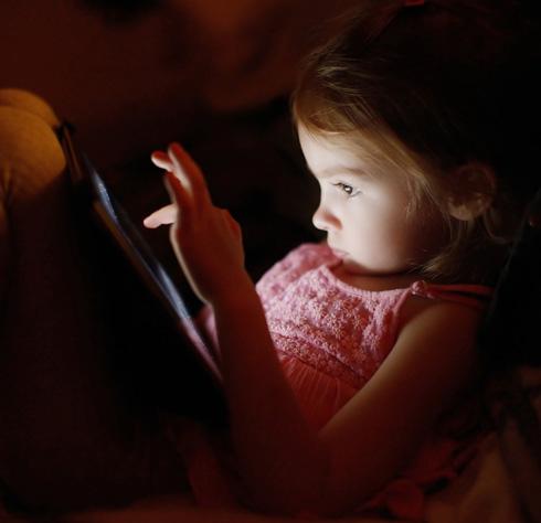 """""""התכנים ברשת לא תמיד מותאמים לילדים. הם מחפשים את דורה ועלולים להגיע לנערות ליווי"""". צילום אילוסטרציה (צילום: Shutterstock)"""