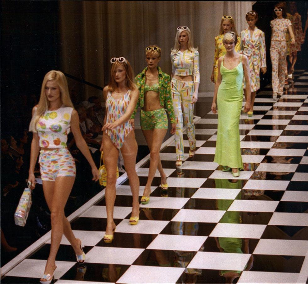 """""""להפוך בדים פשוטים לבגדים בלתי צפויים ויפים"""". תצוגת אופנה של ורסאצ'ה, 1995 (צילום: rex/asap creative)"""
