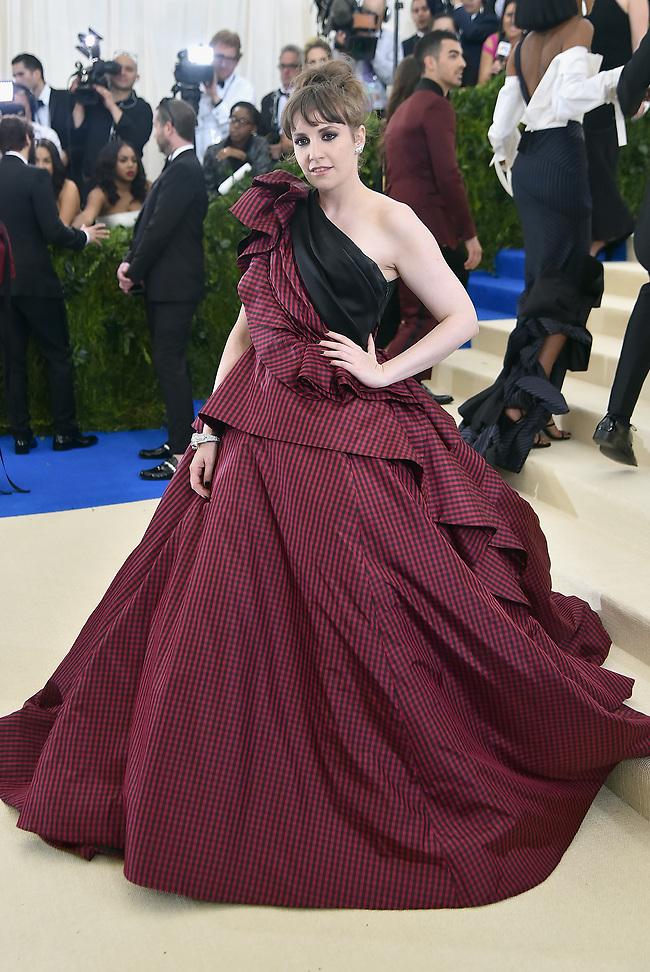 כמה תשלמו עבור השמלה הזו? לינה דנהאם במט גאלה (gettyimages)