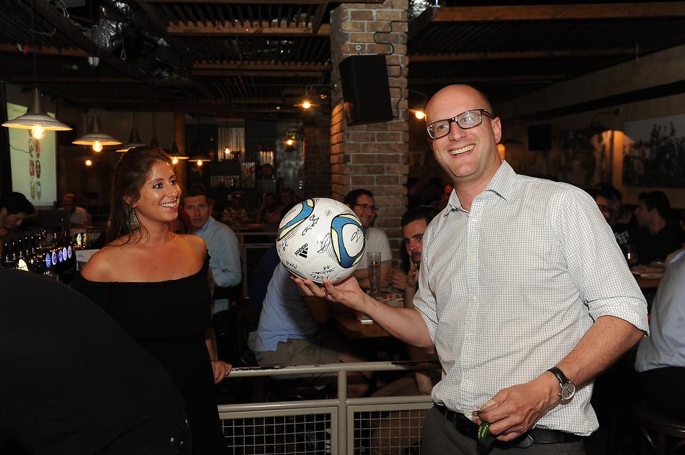 דייויד ברוקס, דנה פאר והכדור החתום (צילום: איציק גדייב) (צילום: איציק גדייב)