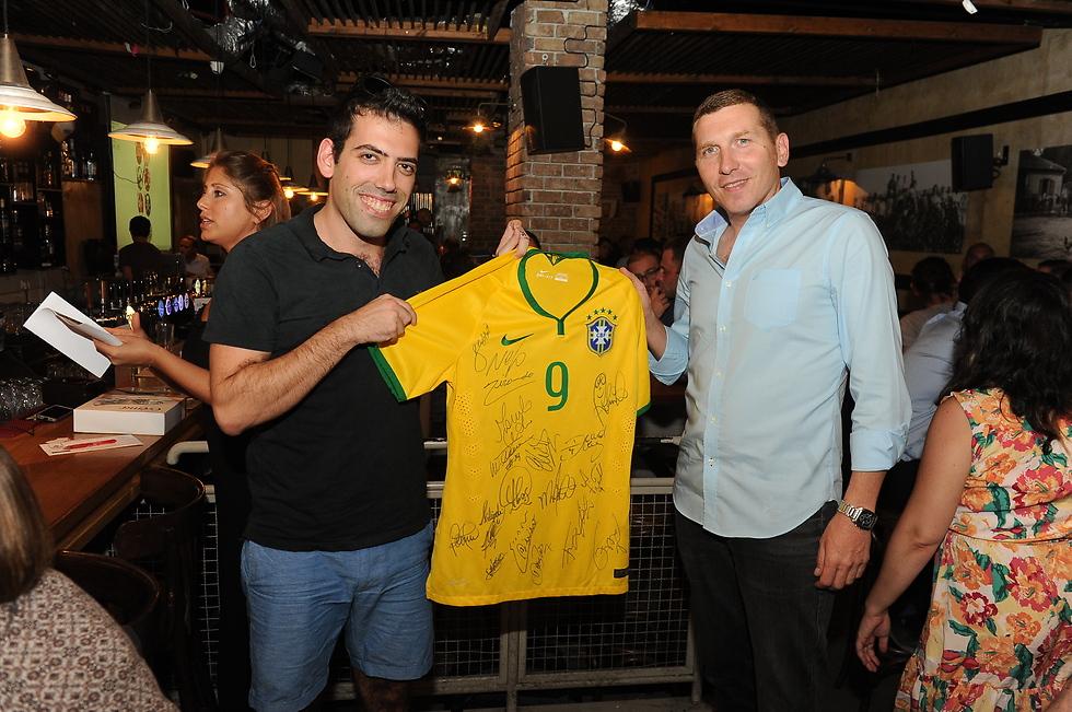 """""""גאה ונרגש"""". יובל ליפקין מעניק חולצה חתומה של נבחרת ברזיל (צילום: איציק גדייב) (צילום: איציק גדייב)"""