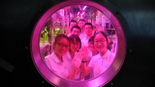 סטודנטים סינים בניסוי לקראת מסע לירח (צילום: AP)