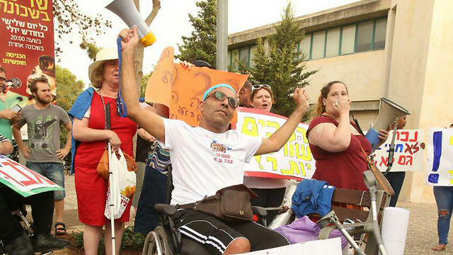 Disabled protesters outside Finance Minister Kahlon's house (Photo: Elad Gershgoren)