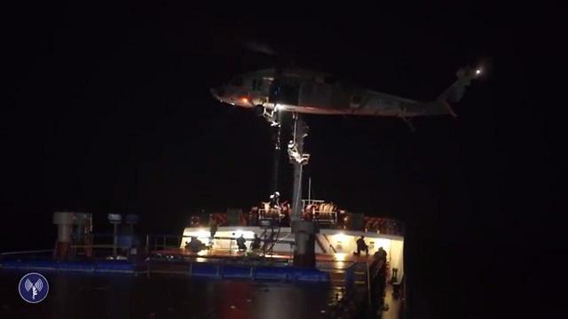 יורדים בחבלים אל הספינה (צילום: דובר צה''ל) (צילום: דובר צה''ל)