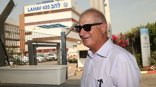 Shimron arrives at the Lahav 433 offices for questioning (Photo: Yariv Katz)