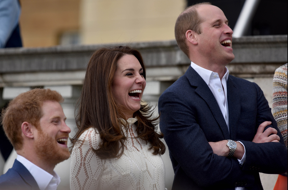 עם בעלה, הנסיך וויליאם (מימין), וגיסה, הנסיך הארי. השלושה מקדמים יוזמה משותפת לרווחה נפשית (צילום: Gettyimages)