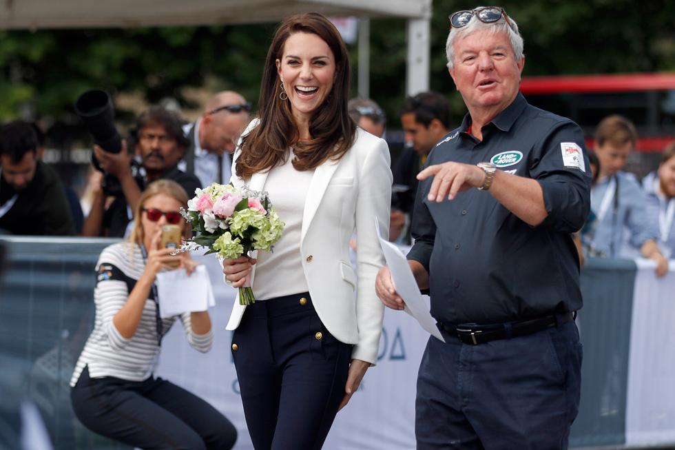עוד קבלת פנים, עוד פרחים. אין ספק שהדוכסית מקיימברידג' היא הדמות האהובה, המסקרנת והמסוקרת ביותר מכל בני משפחת המלוכה (צילום: Gettyimages)