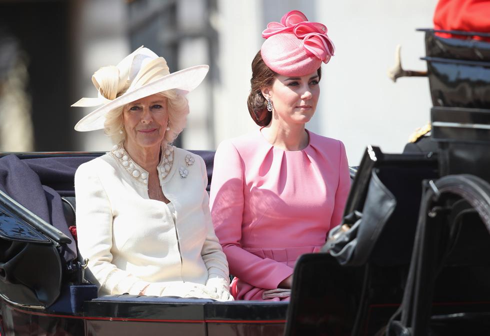 """עם קמילה פרקר-בולס, אמו החורגת של בעלה. """"כדי לקבל סיקור תקשורתי, הנסיך צ'ארלס צריך להביא איתו לאירועים את כלתו קייט"""" (צילום: Gettyimages)"""