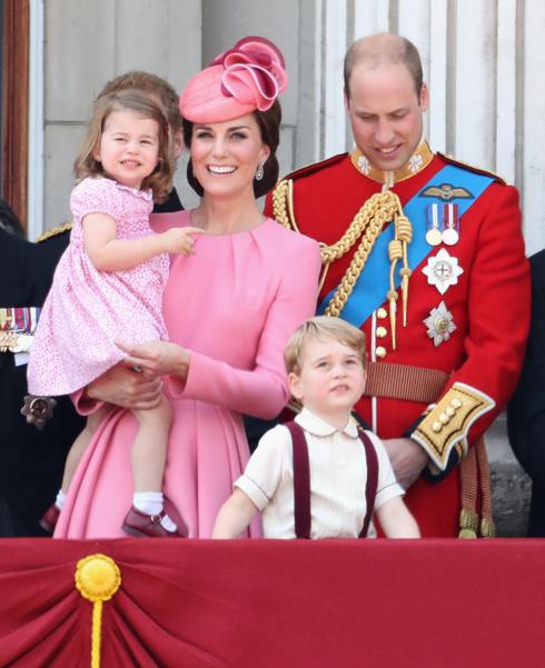 """הדוכסית עם הבעל והילדים בארמון בקינגהאם בחודש שעבר. """"זה כמו להיות סלבריטאים על סטרואידים"""" (צילום: Gettyimages)"""