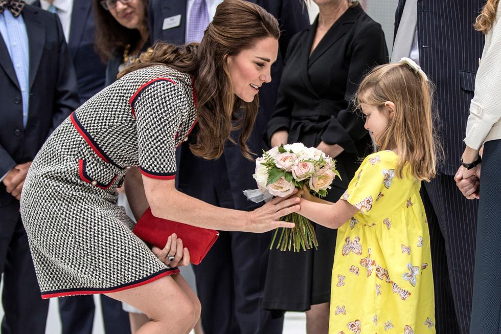מקבלת פרחים בעת ביקור במוזיאון בלונדון. שלושה תחומים מעניינים אותה יותר מכל: משפחתה, פעילותה הדיפלומטית ופעילות הצדקה שלה (צילום: Gettyimages)