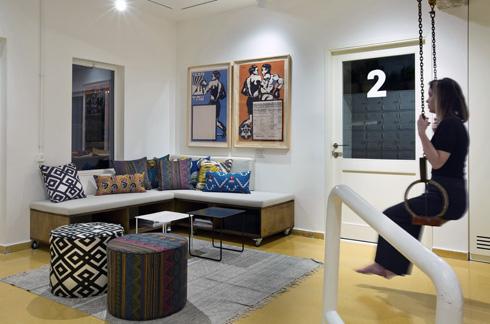 פינת המתנה ומנוחה במרכז החדש. על הקירות תלויות כרזות ישנות מאוסף הבעלים, רוני דואק (צילום: בועז לביא)
