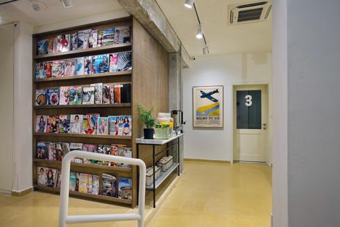 ספריית המגזינים ופינת הקפה בקומה השנייה (צילום: בועז לביא)