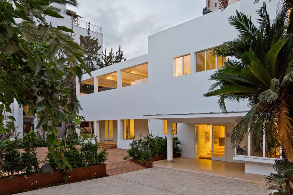 """""""בית חנה""""  תוכנן על ידי אדריכל  יעקב פינקרפלד ב-1936. לשיפוצו העכשווי אחראי אדריכל יואב מסר. """"רוב עבודות השימור התרכזו בניקוי תחלואי הזמן"""", מספר מסר. """"הבניין מדבר בזכות עצמו. היה צריך רק לחדד ולשמר את הצורה והערכים שהוא משדר""""  (צילום: בועז לביא)"""
