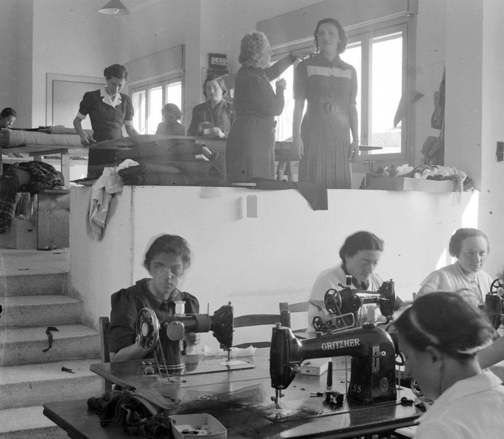 תלמידות לאופנה. ב-1951, לאחר מותה של חנה צ'יזיק, החלוצה שעמדה בראש המשק החקלאי, הוחלט להוקיר את זכרה, ומאז נקרא הבניין על שמה (צילום: צילום: Library of Congress, Prints & Photographs Division, LC-DIG-matpc-13363)