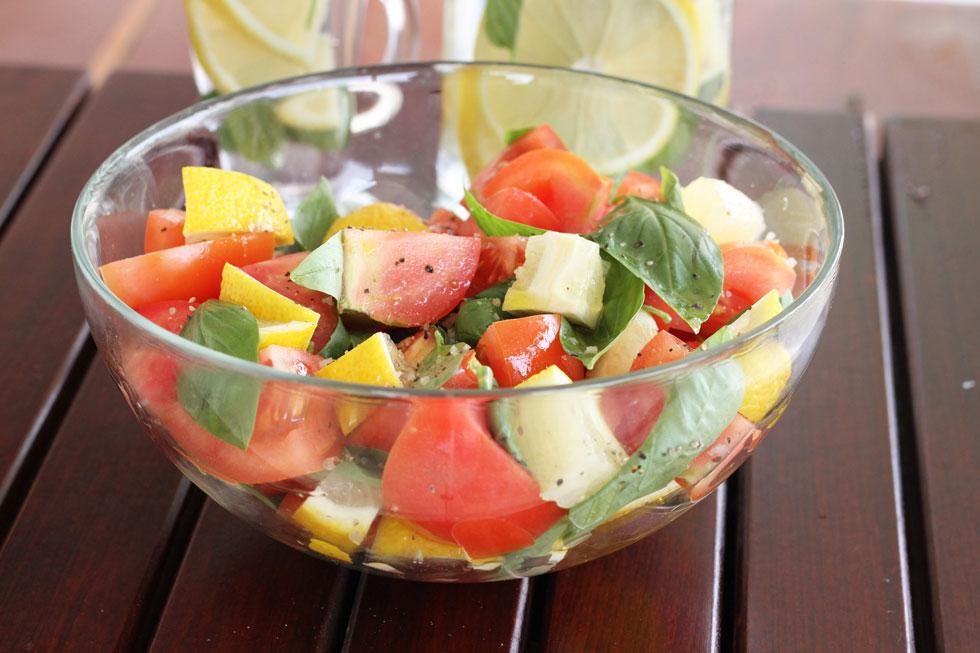 סלט עגבניות עם שום ולימון (צילום: אסנת לסטר)