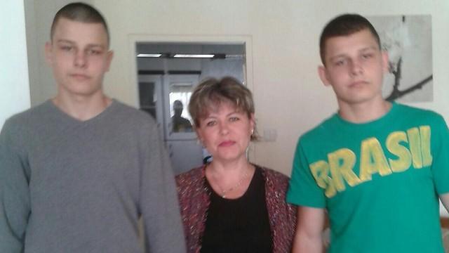 """דניאל ז""""ל עם אמו ואחיו התאום, איגור. נדבק בחיידק העמיד במהלך האשפוז ( )"""