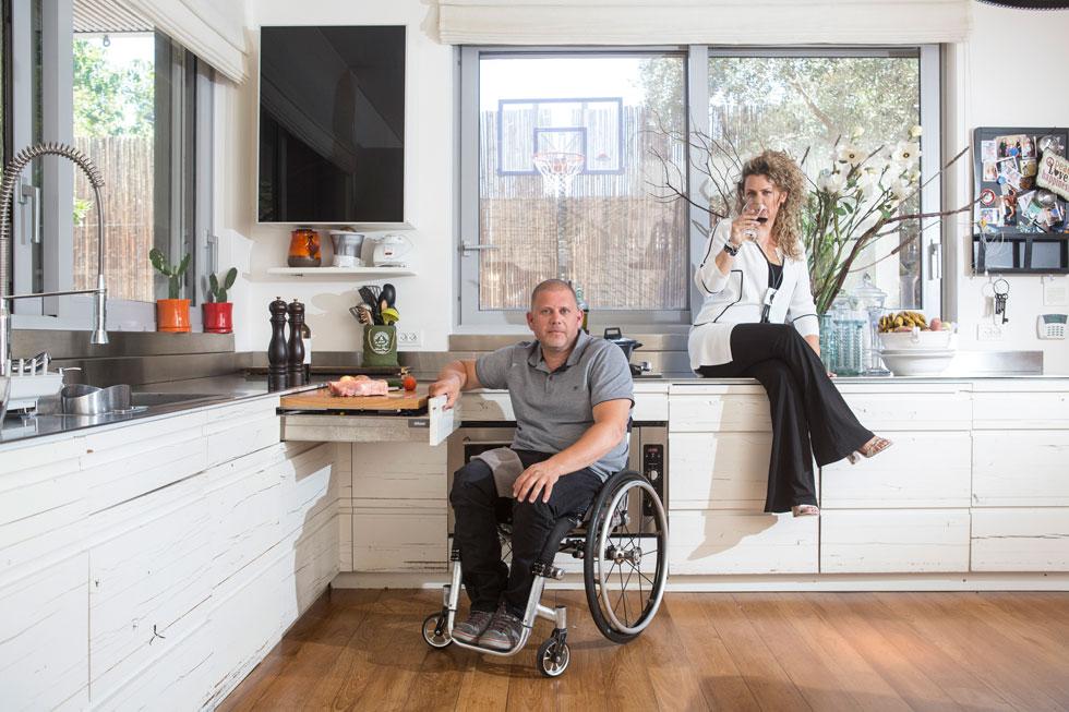 """שגית וצפריר חקלאי. """"עד היום, אף שהוא יושב בכיסא גלגלים, התקווה של שנינו שהוא ישוב ללכת לא חולפת"""" (צילום: תומי הרפז)"""