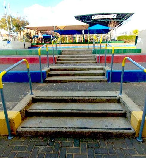 סימון מדרגות ומאחזים בבית ספר, עבור ילד עם לקות ראייה  (צילום: אלבום פרטי)